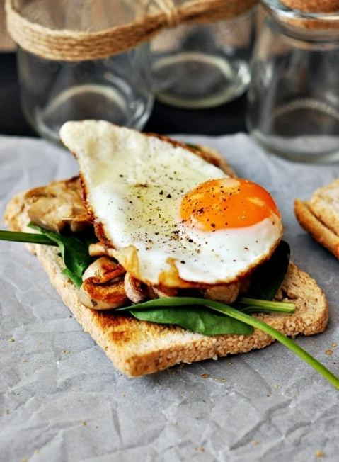 Fried egg, mushroom and spinach on toast